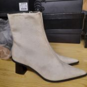 NEW & BAGUED WHITE MAILE LADIES BOOTS SLITTLY DIRT SIZE UK - 6/ EU - 39/ US - 8.5 COLLECTION BY