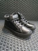 ONE PAIR OF LA REDOUTE COLLECTIONS KIDS HIGH TOP TRAINERS IN BLACK - SIZE UK 2.5. RRP £38.00 GRADE