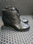 ONE PAIR OF TAMARIS AKARIA LEATHER BOOTS IN BLACK - SIZE EK 38. RRP £85.00 GRADE B - SOME CREASES