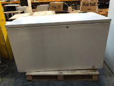 ZANUSSI CHEST FREEZER - ZCF164 / CONDITION REPORT: UNTESTED CUSTOMER RETURN. USED. HEAVILY DINTED,