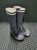 ONE PAIR OF AIGLE LOLLY POP RUBBER WELLINGTON BOOTS IN GREY - SIZE 12.5 (KIDS). RRP £25.00 GRADE A/B