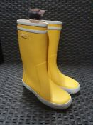 ONE PAIR OF AIGLE BABY FLAC RUBBER WELLINGTON BOOTS IN YELLOW - SIZE 12.5 (KIDS). RRP £25.00 GRADE