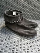 ONE PAIR OF MINNETONKA SUEDE FRINGED ANKLE BOOTS IN BLACK - SIZE UNKNOWN APPROX UK 5. RRP £75.00