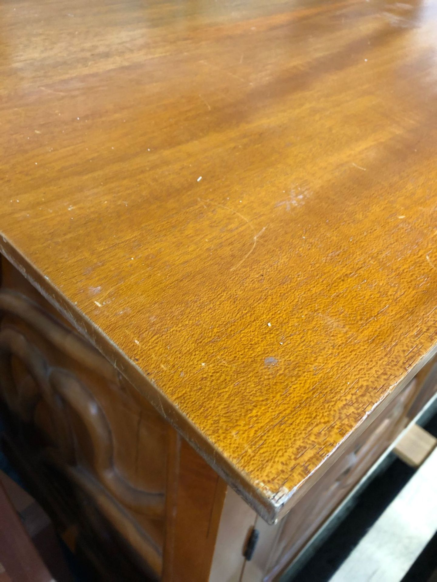 SOLID WOOD 2-DOOR 2-DRAWER FLORAL STYLE SIDEBOARD / CONDITION REPORT: SIGNS OF WEAR AND TEAR, CHIPS, - Image 3 of 4