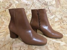 1 X PAIR OF LA REODUTE COLLECTIONS LEATHER ANKLE CHELSEA BOOTS WITH ZIP FASTENING / SIZE: 5 UK / RRP