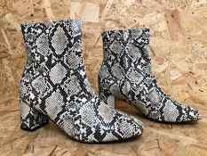 1 X PAIR OF LA REDOUTE COLLECTIONS SNAKE PRINT ANKLE BOOTS WITH BLOCK HEEL / SIZE: 6.5 UK / RRP £