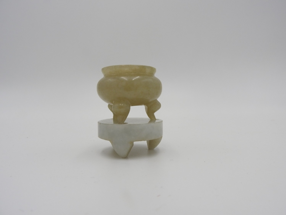 SMALL JADE TRIPOD CENSER AND STAND LATE QING / REPUBLIC PERIOD 5cm high - Image 2 of 3