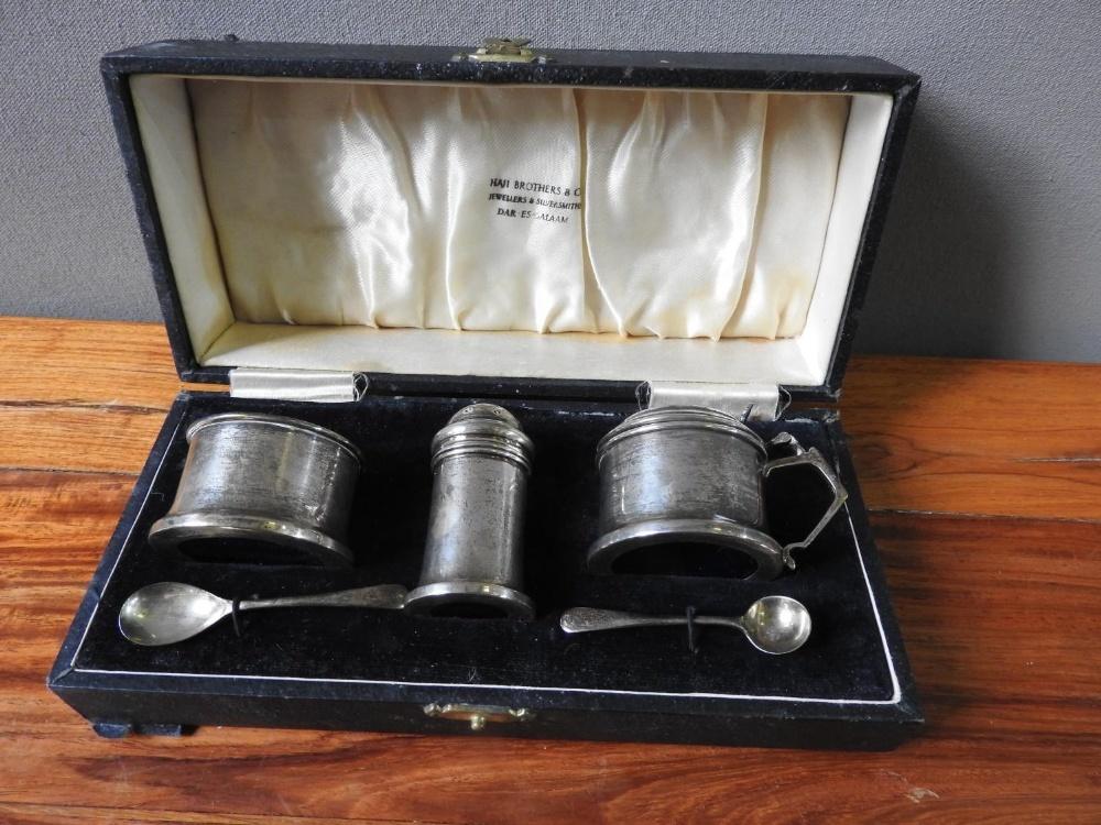 HALLMARK SILVER 3-PIECE CRUET SET (Birmingham,1938) in fitted case