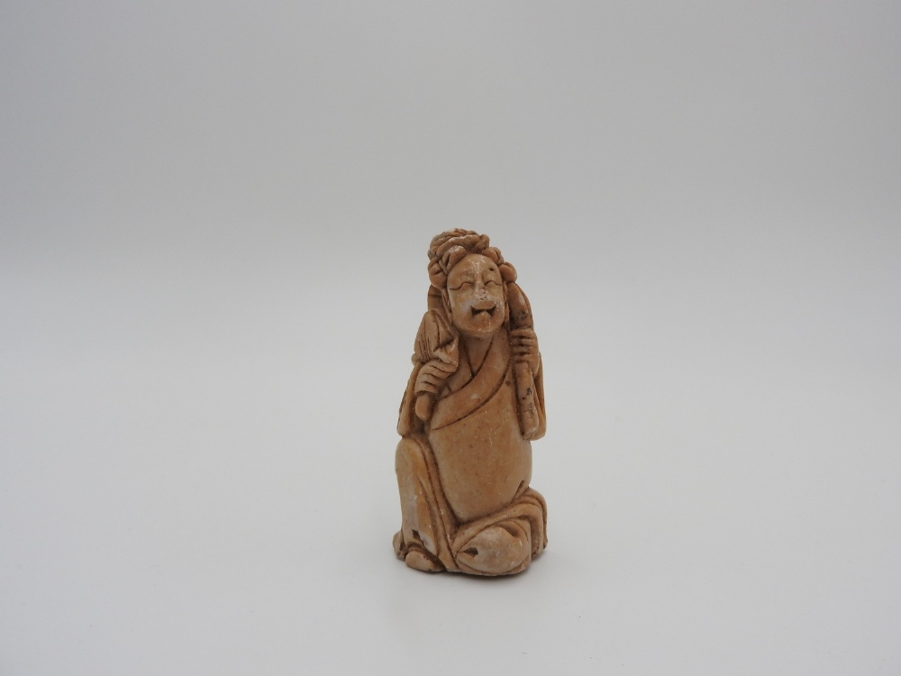 THREE SOAPSTONE CARVINGS LATE QING DYNASTY comprising a 'bamboo' snuff bottle and two figures - Image 4 of 9