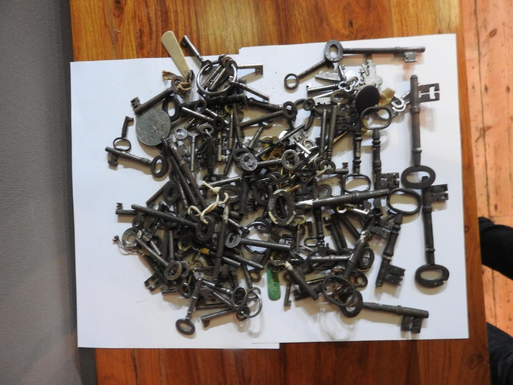 A COLLECTION OF VINTAGE KEYS