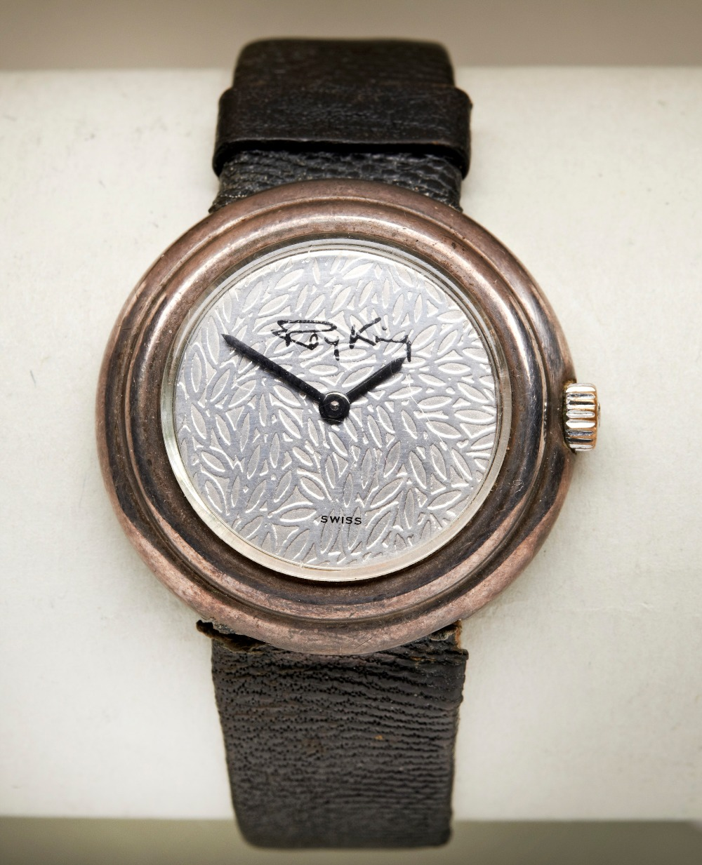 ROY KING SILVER MANUAL WIND UNISEX WRISTWATCH, the leaf effect dial with black signature the case