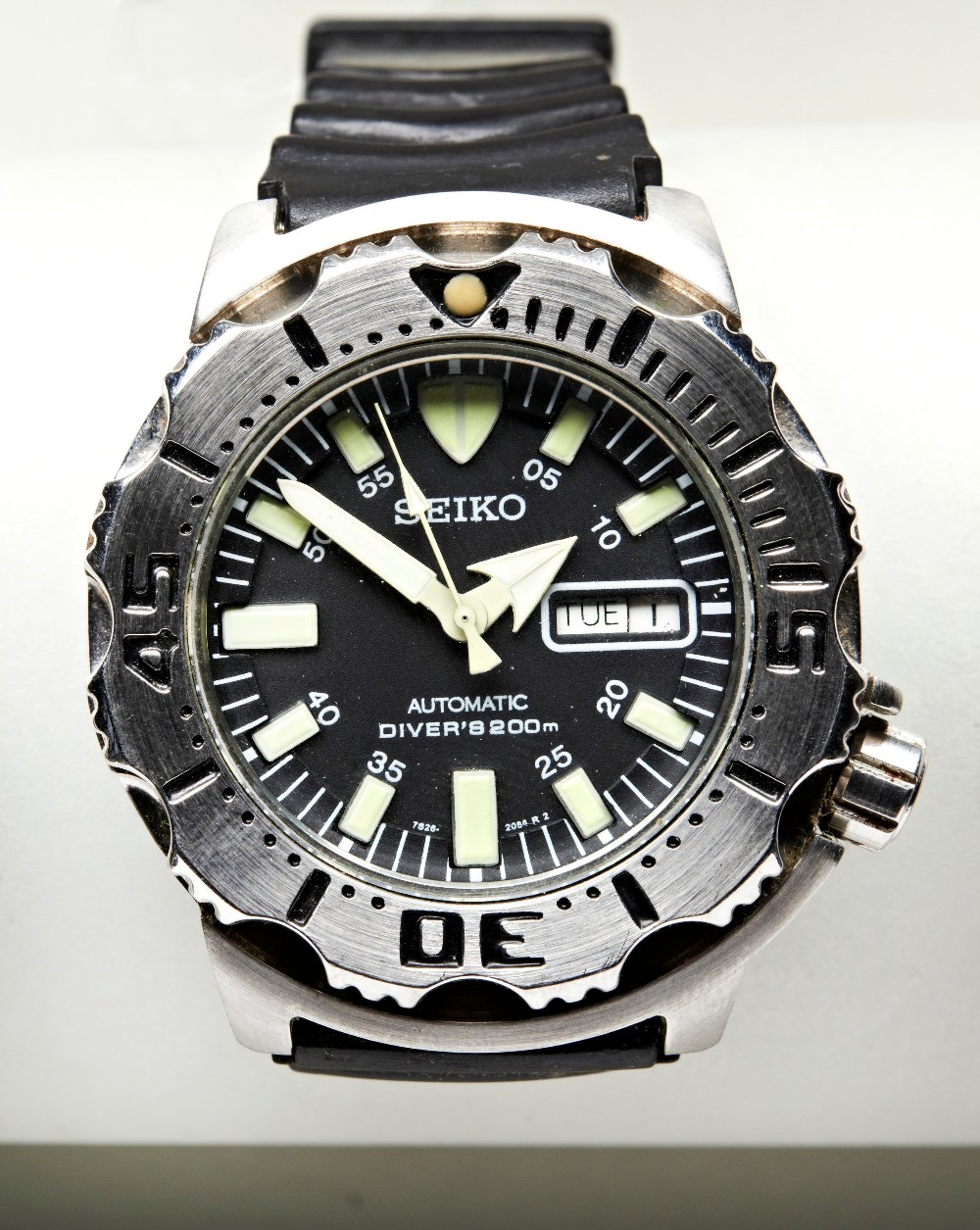 SEIKO 'BLACK MONSTER' STEEL AUTOMATIC DIVERS WATCH, with day/date and luminous dial markers, plastic