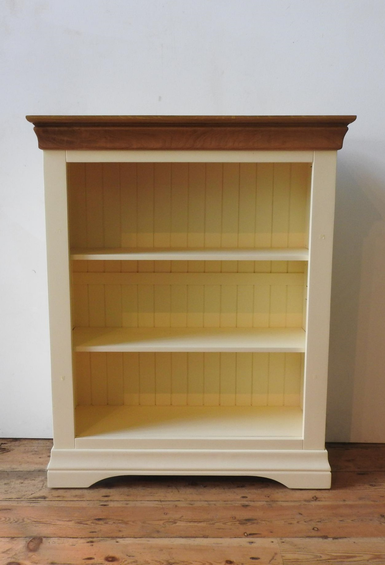 A CONTEMPORARY CREAM PAINTED ADJUSTABLE HARDWOOD BOOKCASE, 109 x 89 x 13 cm