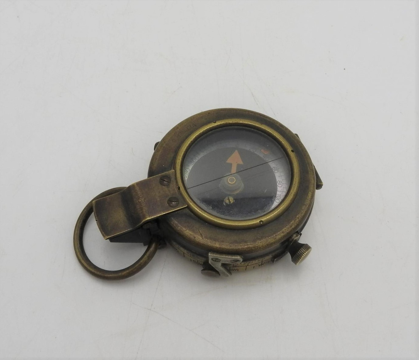 A BRASS FIRST WORLD WAR COMPASS, inscribed on the reverse F-L, No.121057, 1918, 5 cm dia