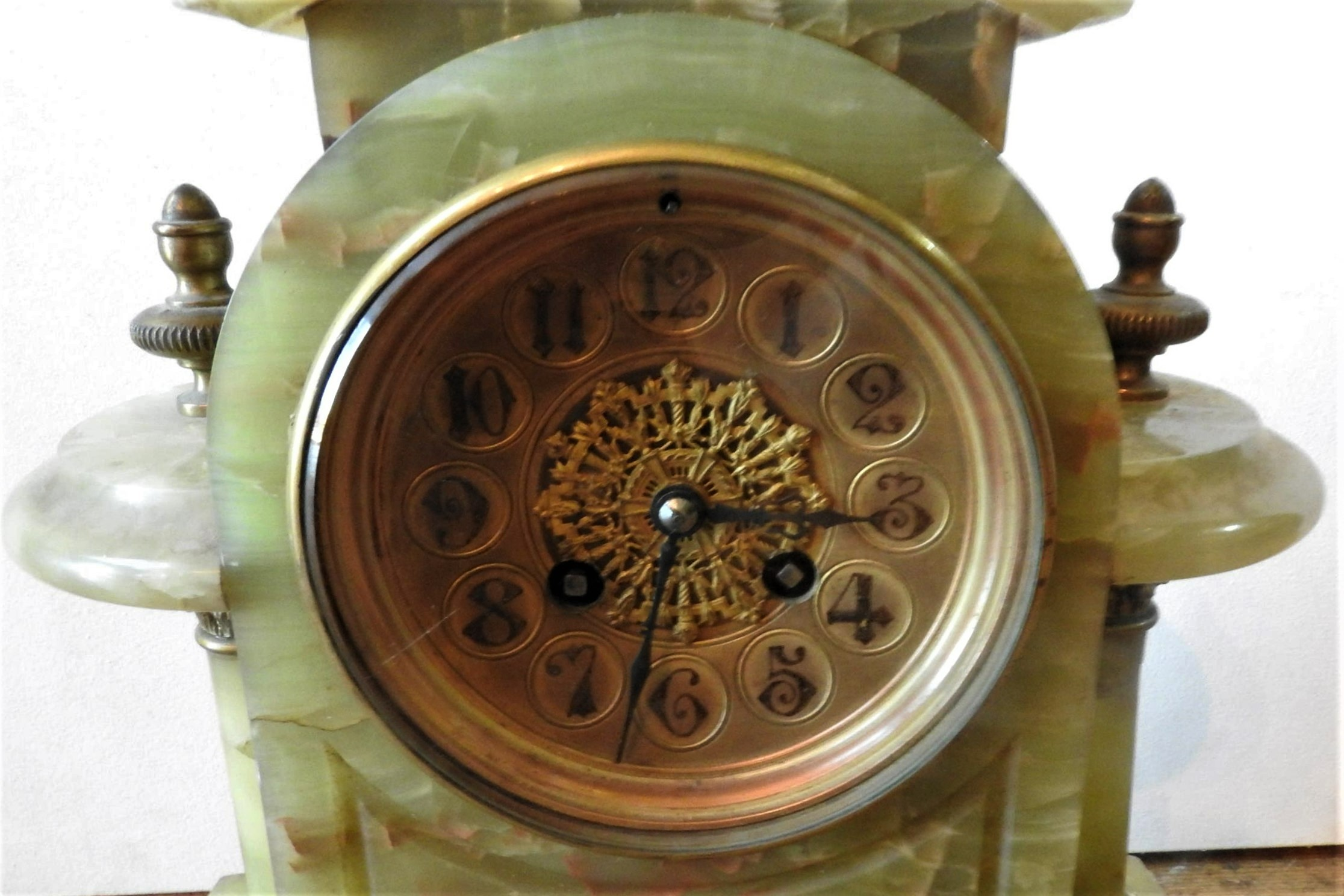 A VICTORIAN ONYX BRASS MOUNTED MANTEL CLOCK, with twin pillars on brass scroll feet, 37 x 36 cm - Image 2 of 2