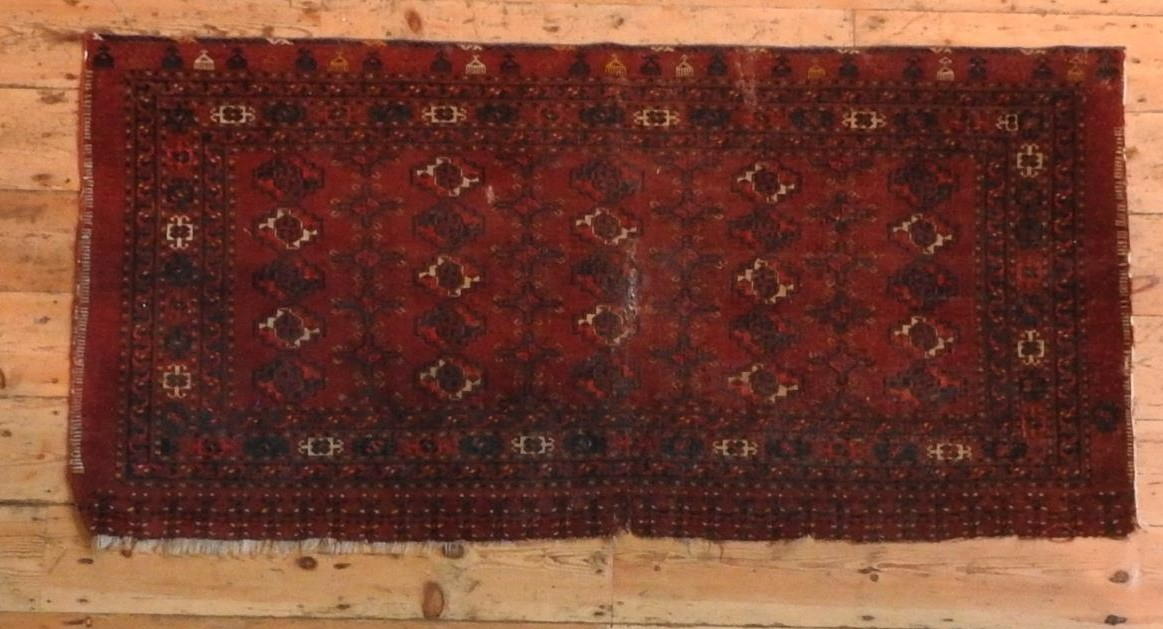 A SMALL RED GROUND BORDER PATTERN PERSIAN RUG, 172 x 83 cm