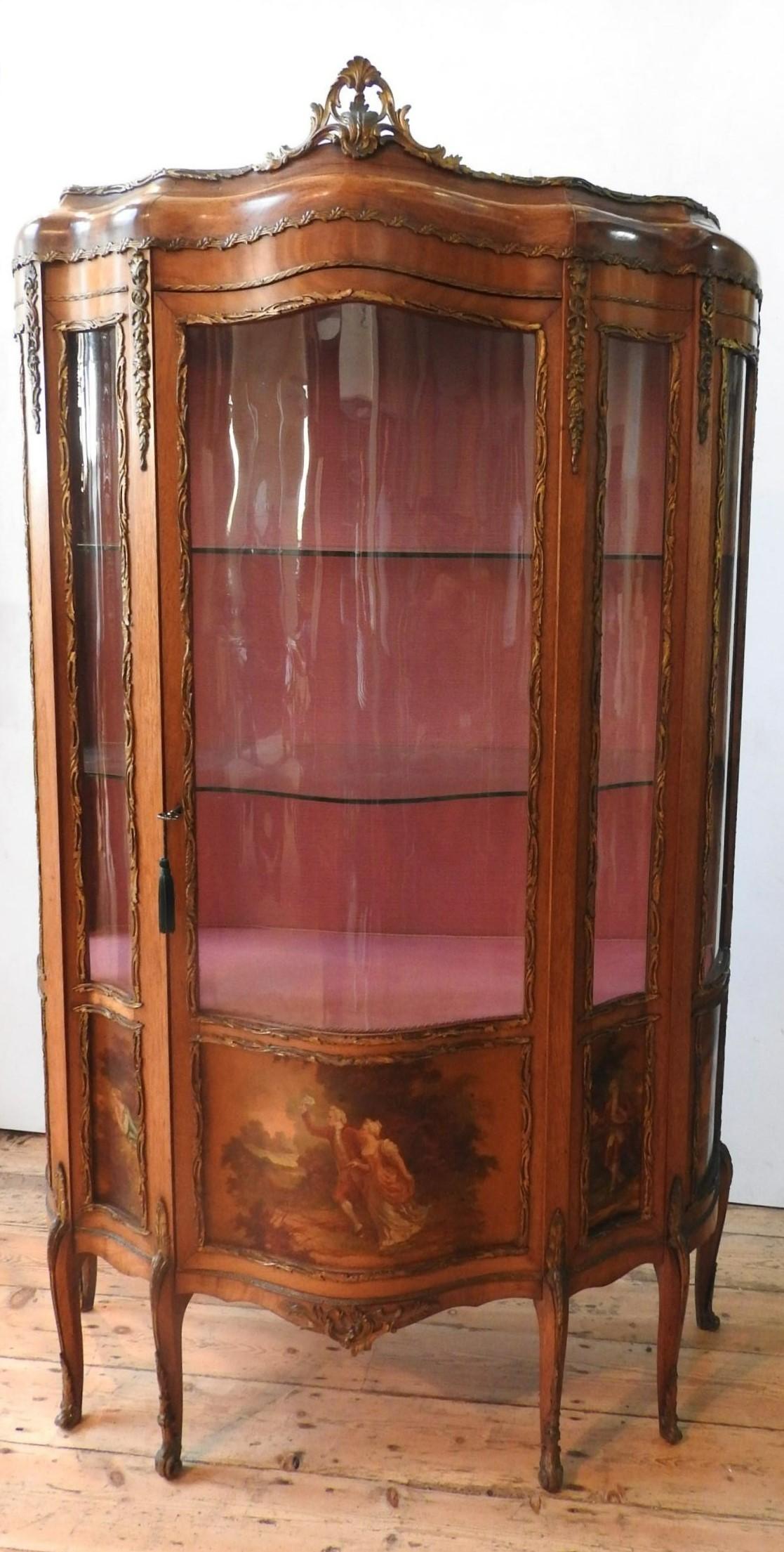 AN ORNATE 20TH CENTURY LOUIS XV STYLE WALNUT VENEER VETRINE CABINET, the serpentine fronted