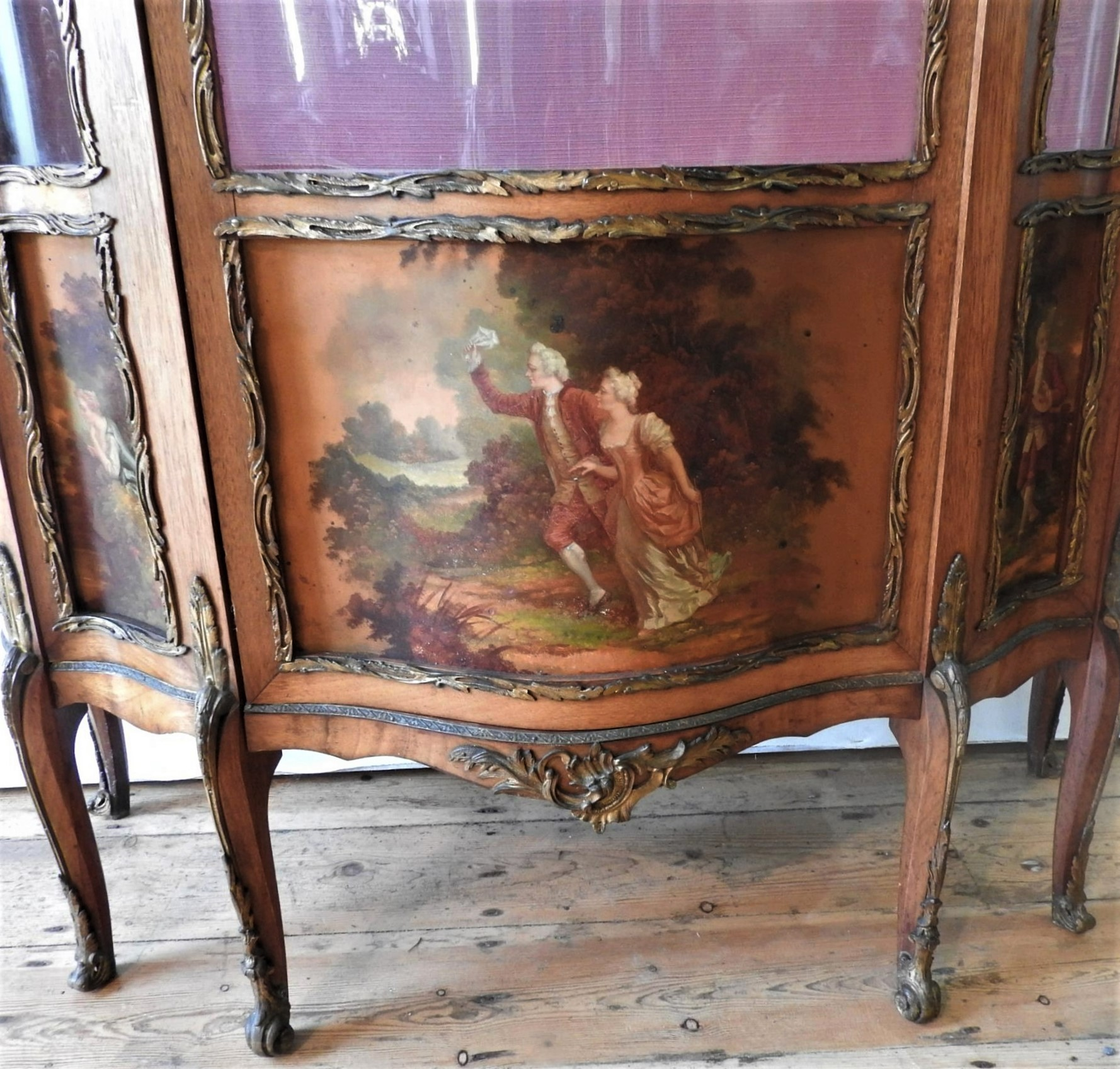 AN ORNATE 20TH CENTURY LOUIS XV STYLE WALNUT VENEER VETRINE CABINET, the serpentine fronted - Image 2 of 4