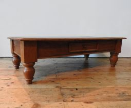 A HARDWOOD COFFEE TABLE ON TURNED FEET WITH TWO DRAWERS, 34 121 x 60 cm