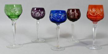 Fünf verschiedene Wein-Römer, 20. Jh.Farbloses Glas/ Kristall, Schäfte facettiert, Kuppas