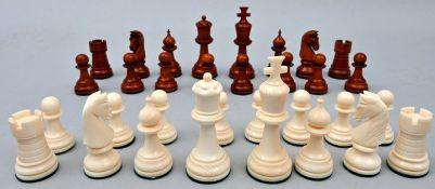 Satz Schachfiguren, 1. H. 20. Jh.Elfenbein. Drechsel-und Schnitzfiguren-Satz, eine Partie bra