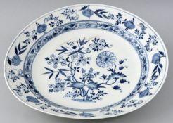 Große runde Platte, Meissen, um 1740/ 1750Porzellan, glattrandige Form, Zwiebelmusterdekor.