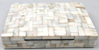 Perlmutt DosePerlmutt, Holz Absplitterung auf der Rückseite, Sammlernummerierung auf der Unt