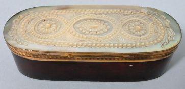 Holzdose mit PerlmuttauflagePerlmutt, Holz Zustand altersgemäß/Abplatzungen auf der Unterse