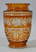 Vase, Böhmen, 20. Jh.Kristallglas, gelb gebeizt, Schliffdekor und eingeschiffene Rosenranke.