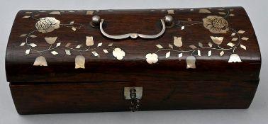 Holzkästchen mit PerlmuttbesatzHolz, Perlmutt Sammlernummerierung auf der Unterseite, Zustan