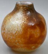 Studioglas-Vase, 1980Farbloses Glas mit wolkigen Pulvereinschmelzungen in Braun und Weiß. Ku