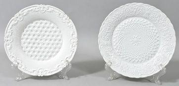 Zwei Teller, Meissen, um 1840Porzellan, weiß, flächendeckend Reliefdekore. Ein St. min. Haa