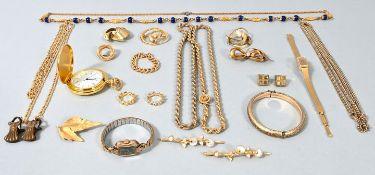 Konvolut Modeschmuck, 20. Jh.21 Teile, Metall mit Goldauflage. 4 Ketten und Kettenfragment (K