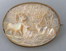 Brosche mit Waldszene und HirschenPerlmutt in Metall gefasst, Sammlernummerierung auf der Rü