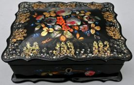 Schwarzes Lackkästchen mit floraler Gestaltung und PerlmutteinlagenHolz, Perlmutt Gebrauchss