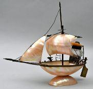 Schiff aus PerlmuttPerlmutt, Metall Sammlernummerierung auf der Unterseite, Zustand altersgem