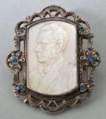 Brosche mit HerrenporträtPerlmutt in Metall gefasst, Sammlernummerierung auf der Rückseite,