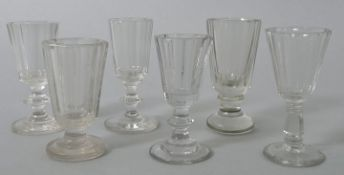 6 Schnapsgläser, deutsch, 2. H. 19. Jh.Farbloses Glas, 3 St. Pressglas, Kuppas facettiert. S