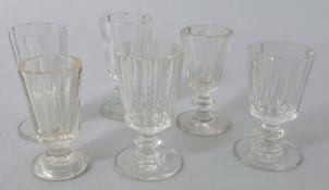 6 Kelchgläser (Schnaps/ Süßwein), deutsch, 2. H. 19. Jh.Farbloses Glas, 1 St. Pressglas, S