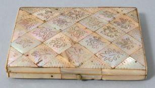 Perlmutt Etui mit floralen GravurenPerlmutt Sammlernummerierung auf der Unterseite, Zustand a
