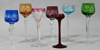 Konvolut von sieben Likör-Römern, 1. und 2. H. 20. Jh.Farbloses Glas/ Kristall, farbige Üb