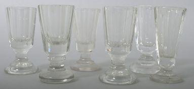 Sechs Schnapsgläser, 20. Jh. Farbloses Pressglas, ein Glas Kristall. Form mit abgesetztem Fuß und