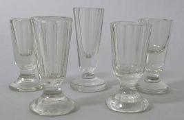 Fünf Schnapsgläser, 2. H. 19. Jh.Farbloses Glas, davon 3 St. Pressglas. Konische Kuppas fac