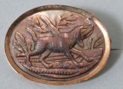 Brosche mit Darstellung eines HundesPerlmutt in Metall gerahmt, Sammlernummerierung auf der R