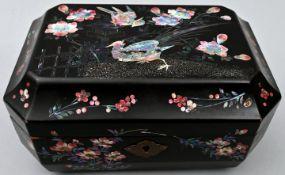 Schwarze Lackdose mit Vogelmotiv und Perlmuttbesatz, Japan, 19. JahrhundertHolz, Perlmutt Sam