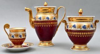 Kaffeekanne, Zuckerdose und Tasse mit Untertasse, um 1820Porzellan, eiförmige Gefäßkörper
