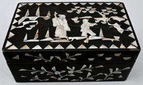 Holzkästchen mit zwei asiatischen Figuren, vermutlich JapanHolz, Perlmutt Sammlernummerierun
