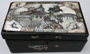 Holzkästchen mit Perlmuttbesatz, AsienHolz, Perlmutt Sammlernummerierung auf der Unterseite,