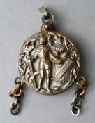 Medaillon mit Darstellung eines RittersPerlmutt, Bronze/Messing, D. 2,5cm Locket with depicti