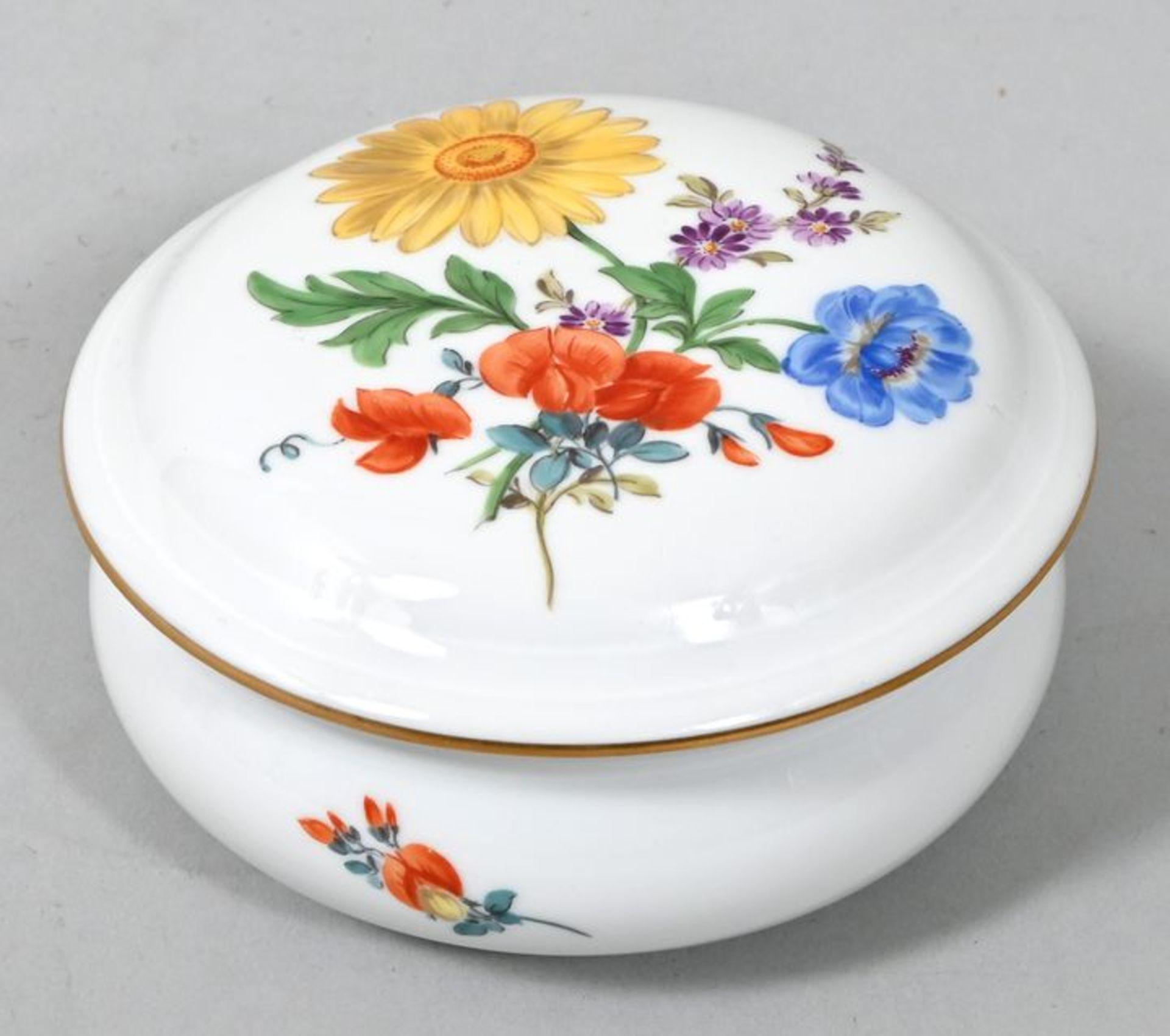 Dose, Meissen, 2. H. 20. Jh.Porzellan, runde Form mit gebauchter Wandung, bunte Blumenmalerei